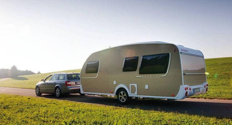 Ausbrechende Wohnwagen, umgestürzte Wohnmobile – In der Reisezeit gibt es immer wieder Unfälle mit Caravans und Wohnmobilen. Die Dekra-Unfallexperten geben Tipps, um sicher auf Tour gehen zu können.