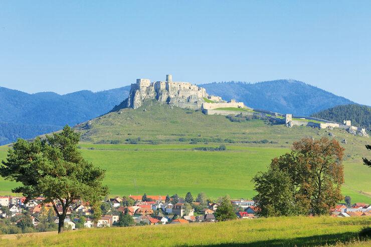 Burg Zips auf einem Bergkegel in der Slowakei