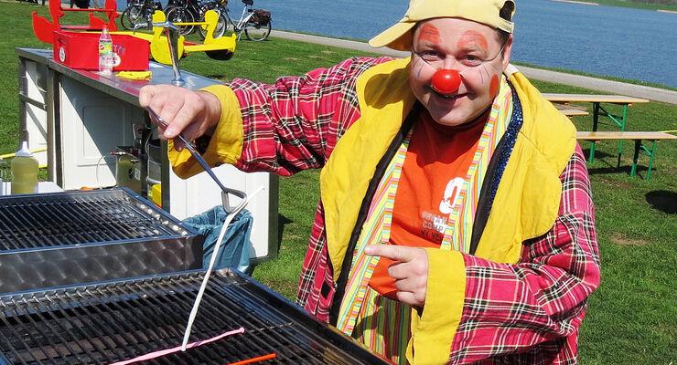 Clown Ati und musikalische Veranstaltungen locken das Publikum besonders zu den Maifeiertagen rund um den Alfsee.