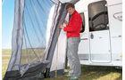 Durch die runde Form der Zeltgestaenge stehen nicht alle Zeltwaende senkrecht.