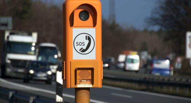 Ferienreisenden drohen zwei extrem heiße Wochenenden. Auch in medizinischen Notfällen helfen Autobahn-Notrufsäulen.