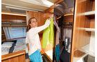 Platz für reichlich Garderobe und eine Menge Bordelektronik bietet der Kleiderschrank