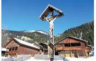 Wegkreuz bei einem Dolomitendorf