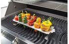 Alles im Gitter. Gefüllte Paprika macht sich richtig gut auf dem Grill. Die Edelstahl-Halterung von Napoleon (etwa 20 Euro) bewahrt das Gemüse vor dem Umkippen.