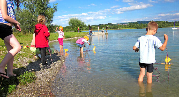 An jeder fünften deutschen Badeseen-Messstelle im Flachwasser hat der ADAC Gesundheitsrisiken für Kinder festgestellt.