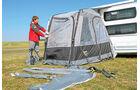 Das Zelt wird in drei Zuegen aufgepumpt.