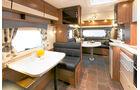 Der Polar 700 CTX mit zwei Sitzgruppen, einem Längsbett und einer großen Küche.