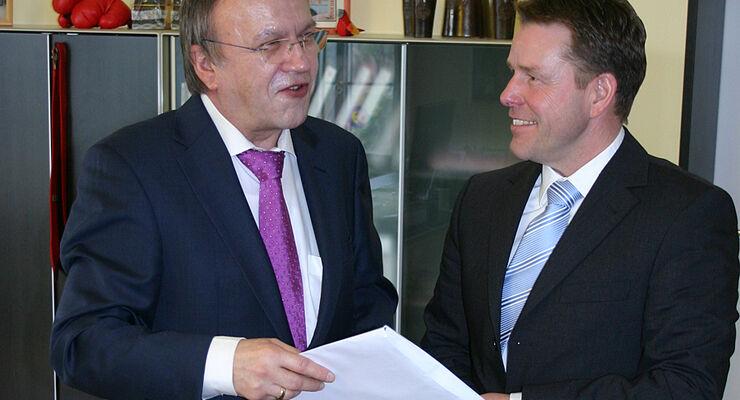 Die Knaus Tabbert GmbH erhielt von Landrat Erich Pipa die Baugenehmigung für die Modernisierung von Mottgers