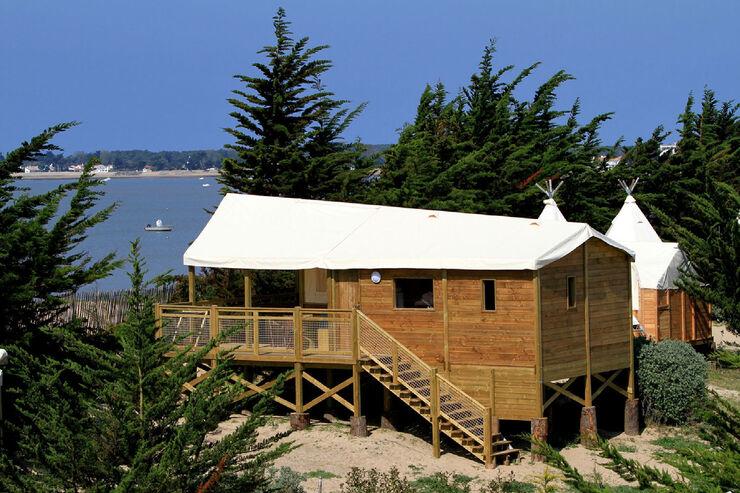 camping in frankreich der trend geht zum glamping caravaning. Black Bedroom Furniture Sets. Home Design Ideas
