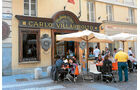 Ein belebtes Strassencafe in Turin.