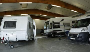 Ein trockener Platz für den Winter: in der Halle hats der Caravan gemütlich.
