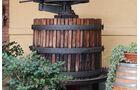 Eine Weinpresse in Barolo.