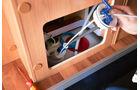 Ersatzpumpe einsetzen und Tankdeckel handfest verschließen. Wichtig: Die beiden Wasserleitungen nicht vertauschen.