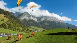 Gleitschirmfliegen am Bergmassiv La Tournette über dem Col de la Forclaz