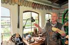 Lorenz Hamman fuehrt durchs Holzschuhmuseum.