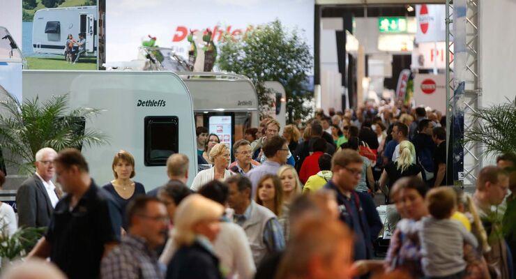 Menschen auf Caravan Salon 2014