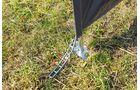 Metallplatten und Heringe fixieren Stützen beim Windschutz von DWT