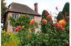 Noch im September stehen Englands Gärten, hier Sissinghurst Castle, voll in Blüte.