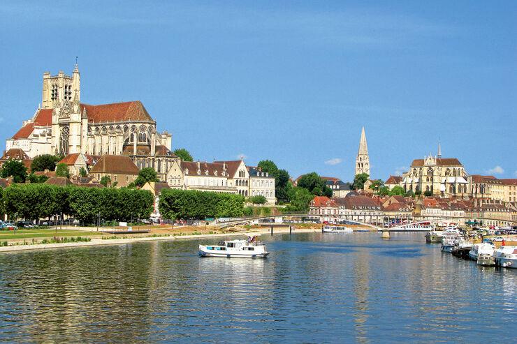 Schöner Ort am Ufer der Yonne